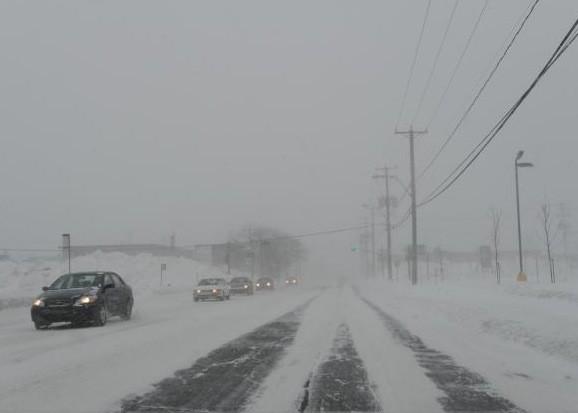 La neige continuait de tomber et perturbait les déplacements du Lundi de... (Photothèque Le Soleil, Steve Deschênes)
