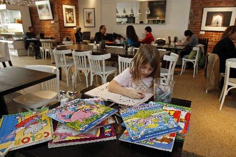 Le ÉM Café est particulièrement accueillant pour les... (Photo Robert Mailloux, La Presse)