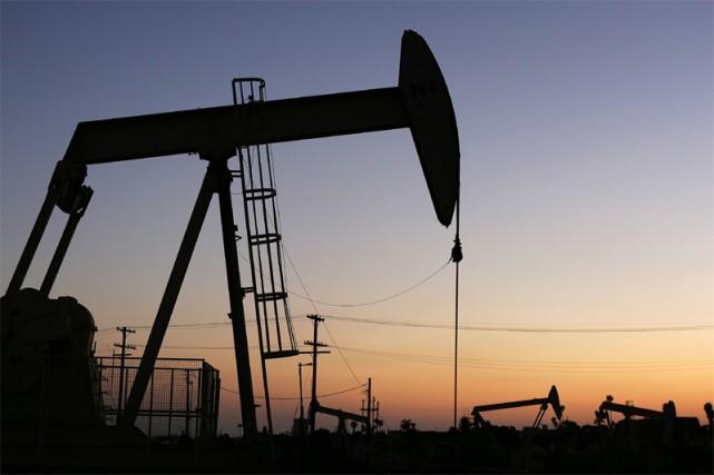 Les prix du pétrole ont encore reculé mardi à New York, plombés par un... (AFP)