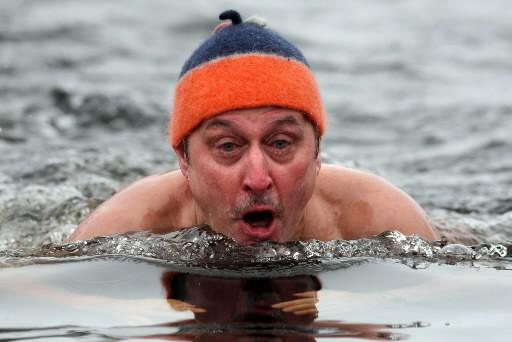 En Finlande, pays des lacs gelés et des saunas, se baigner dans l'eau glacée... (Photo: AFP)