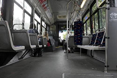 Charest confirme l 39 achat de 410 autobus pour la stm montr al for Achat premiere maison montreal