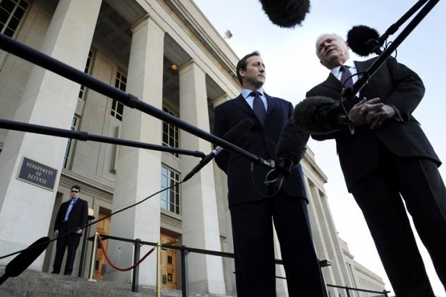 Leministre de laDéfense Peter MacKaya rencontréRobert Gates, jeudi.... (Photo: Reuters)