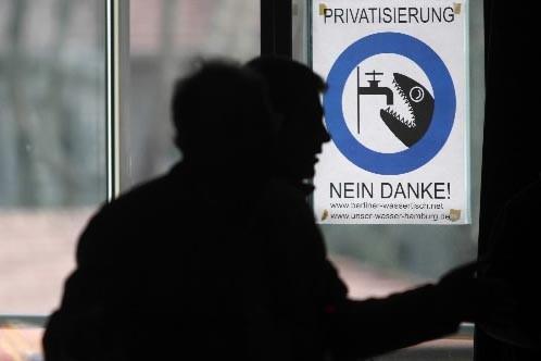 Une affiche qui indique « la privatisation, non... (Photo AFP)