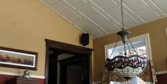 Un plafond suspendu qui a du style simon diotte for Tuile de plafond suspendu