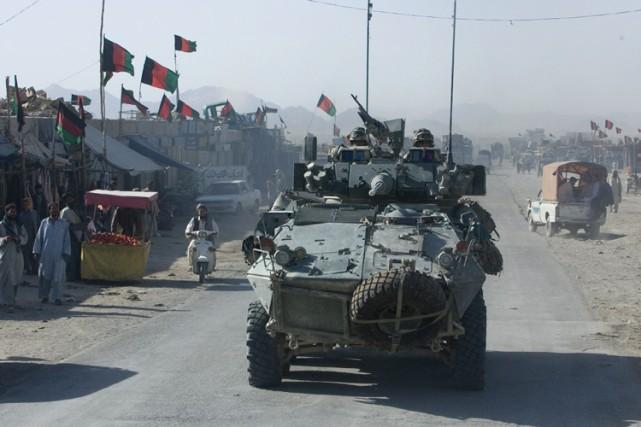 Des soldats canadiens en patrouille dans les rues... (Photo: Martin Tremblay, archives La Presse)