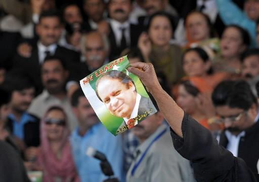 Un partisan de Nawaz Sharif tient une affiche... (Photo: AFP)