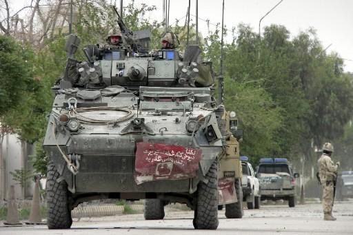 Des soldats canadiens dans les rues de Kandahar... (Photo: AP)