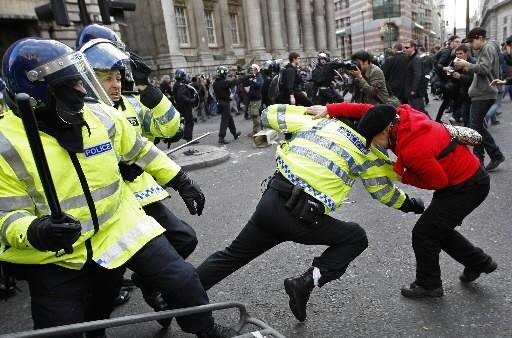 Aux cris de «Mangez les riches», des milliers de manifestants ont pris d'assaut... (Reuters)