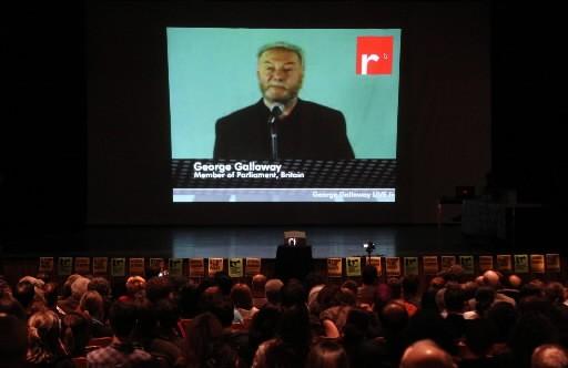 Des spectateurs assistent à Ottawa à une vidéoconférence... (Photo Presse Canadienne/Fred Chartrand)
