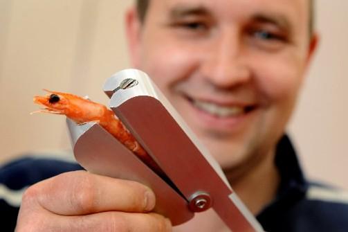 Dimitri Gauer avec son invention...... (Photo: AFP)