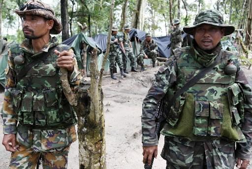 Des soldats thaïlandais à la frontière qui sépare... (Photo: AFP)