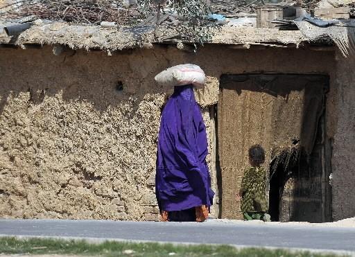 Une femme vêtue d'une burqa dans la vallée... (Photo: AFP)