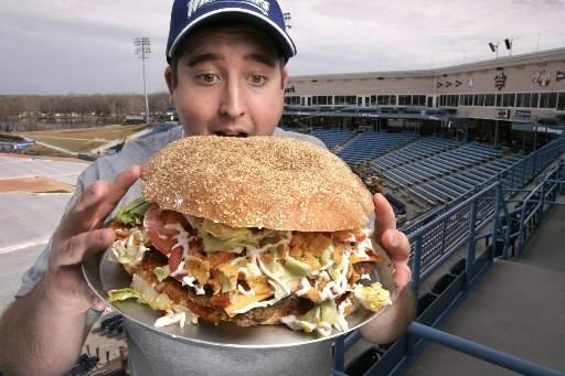 Vendu 20$ pièce, le «Fifth third burger» se... (Photo: AFP)