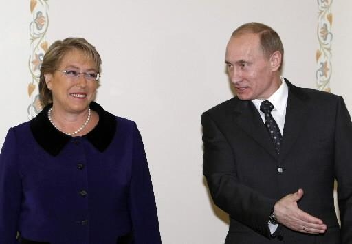 Michelle Bachelet et Vladimir Poutine.... (REUTERS/Denis Sinyakov)