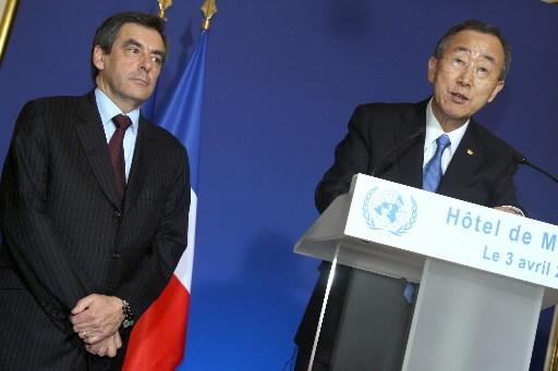 Ban Ki-Moon avec François Fillion.... (AFP PHOTO MEHDI FEDOUACH)