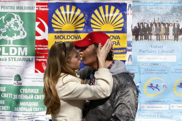 Un couple s'embrasse devant des affiches électorales, dans... (Photo: Reuters)
