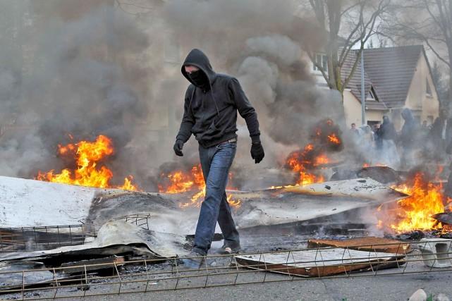 De violents heurts ont opposé des manifestants de... (Photo Wolfgang Rattay, Reuters)