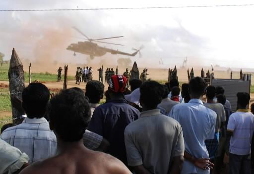 Un hélicoptère de l'armée décolle sous l'oeil attentif... (REUTERS/ Stringer)