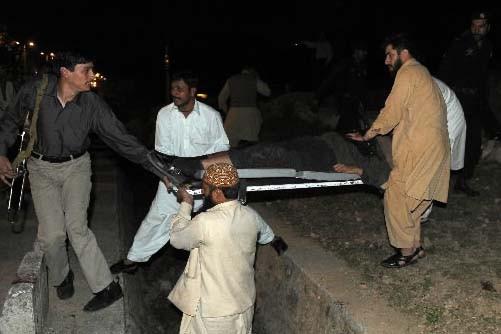 Des passants viennent en aide aux victimes.... (AFP PHOTO/Farooq NAEEM)