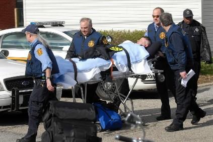 Un policier blessé à Pittsburgh est transporté à... (Photo: AP)