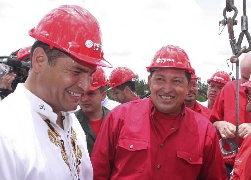 Rafael Correa (à gauche) gouverne un pays riche... (REUTERS/Jorge Silva)