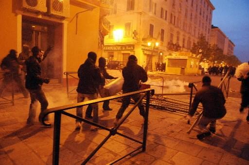 Des manifestants corses ont affronté les policiers toute... (AFP PHOTO STEPHAN AGOSTINI)
