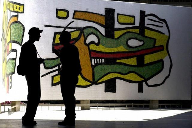 Deux étudiants discutent devant une oeuvre murale du... (Photo: AP)