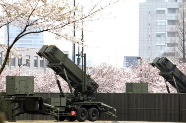 Le gouvernement japonais, qui a déployé des batteries... (Photo: AFP)