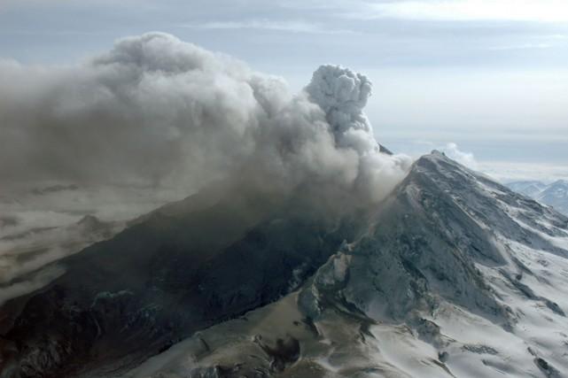 Le volcan du Mont Redoubt en Alaska a connu une forte éruption, après une... (Photo: AP)