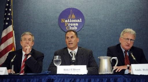 Henry Obering, à gauche, en conférence de presse... (Photo AFP / Tim Sloan)