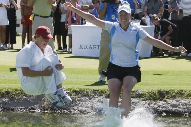 Brittany Lincicome (à droite) saute dans le lac...