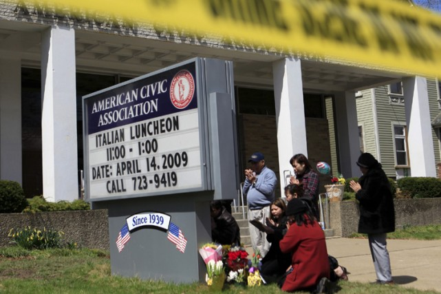 Des proches de victimes du massacre de Binghamton... (Photo: AP)