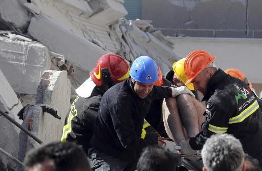 Une victime est sortie des décombres.... (Photo: Reuters)