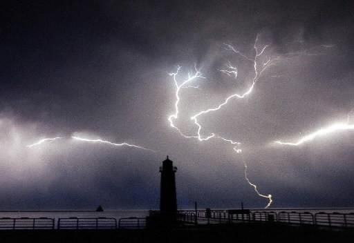 Les éclairs peuvent servir d'indicateur pour prévoir le moment où les ouragans... (Photo: AP)