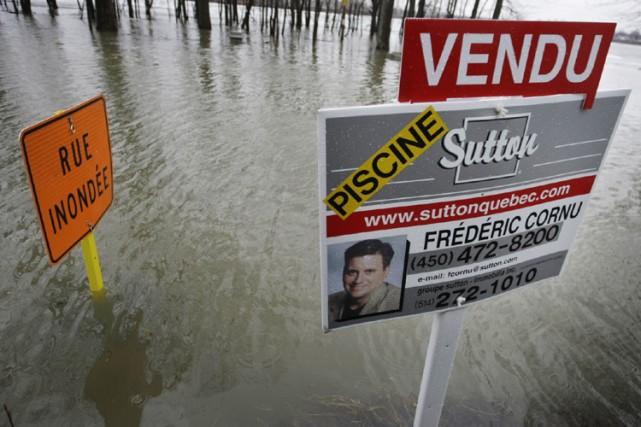 Plusieurs sections de chaussée envahies par la rivière... (Photo: Ivanoh Demers, La Presse)
