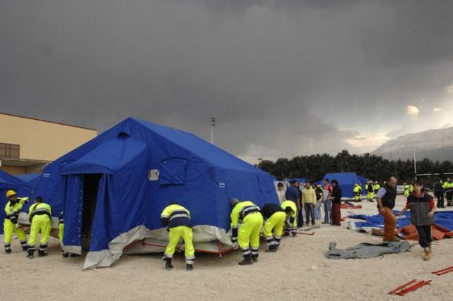 Des équipes de secours érigent un camp de... (Photo: AP)