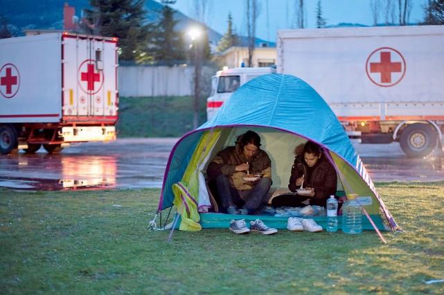 Un couple d'Italiens a mangé sous une tente... (Photo AFP)