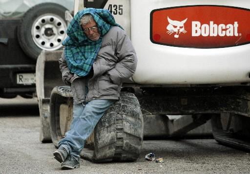 Un homme tente de se reposer... (Photo: Reuters)
