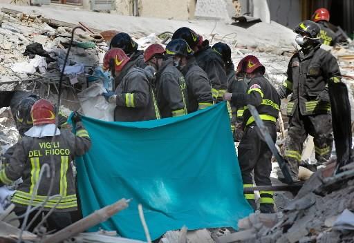 Les secouristes sortent un corps des décombres.... (Photo: AFP)