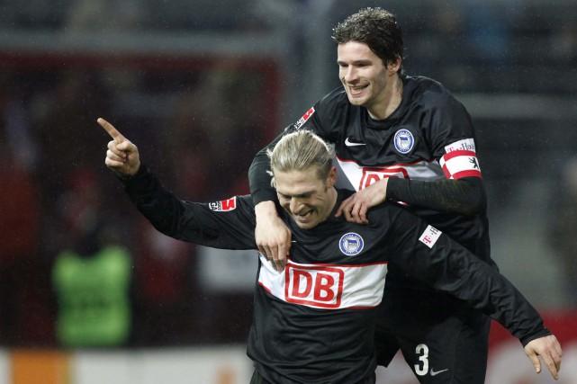Arne Friedrich (droite)... (Photo: Reuters)