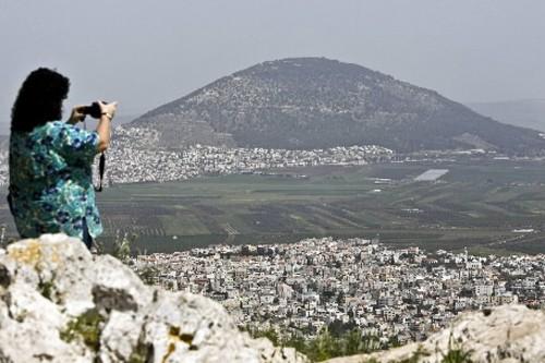 Une touriste photographie le Mont du Précipice à... (Photo: AFP)