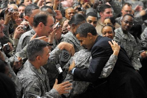 Le président Barack Obama fait une chaleureuse accolade... (Photo: AFP)
