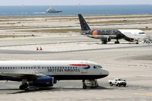Deux avions sur le tarmac à l'aéroport de... (Photo: archives AFP)