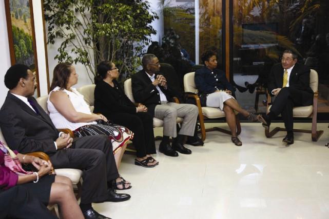Raul Castro discute avec des membres du Congrès... (Photo: Reuters)