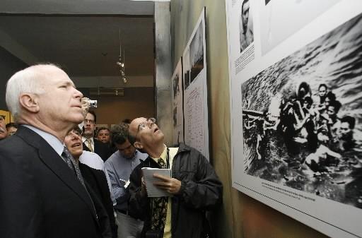 John McCain regarde un montage de photos qui... (Photo: Reuters)