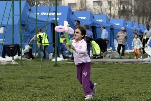 Une enfant sourit près des tentes mises à... (Photo: Reuters)