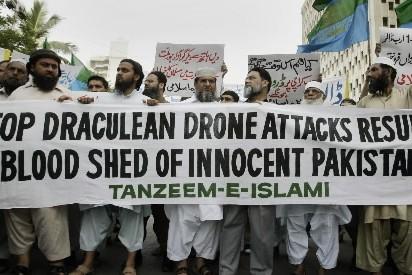 Des Pakistanais manifestent contre les tirs de roquettes... (Photo: AP)