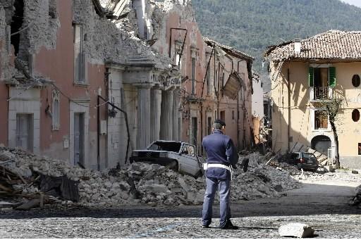 Des proches de disparus du séisme qui a frappé lundi l'Italie centrale se... (Photo: Reuters)