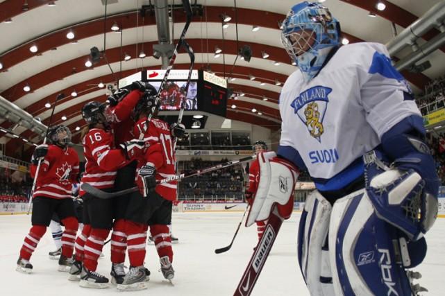 Les joueuses canadiennes célèbrent près du filet de... (Photo: PC)