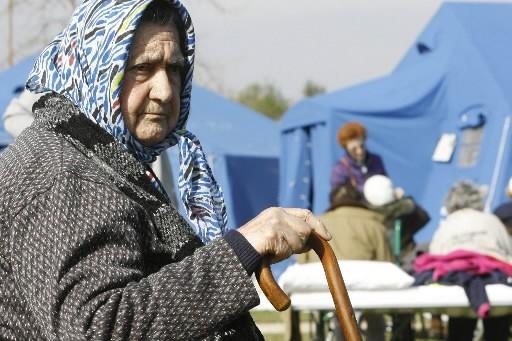 Une vieille femme dans un camp de fortune... (Photo: AP)